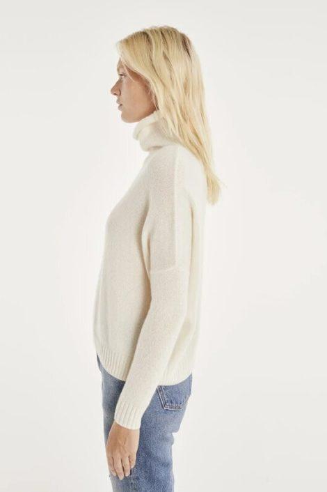 Modèle portant un pull blanc cachemire