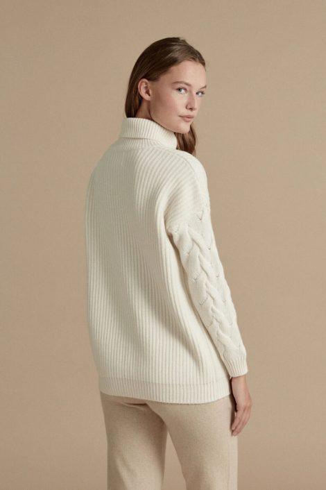 modèle portant un pull blanc col roulé