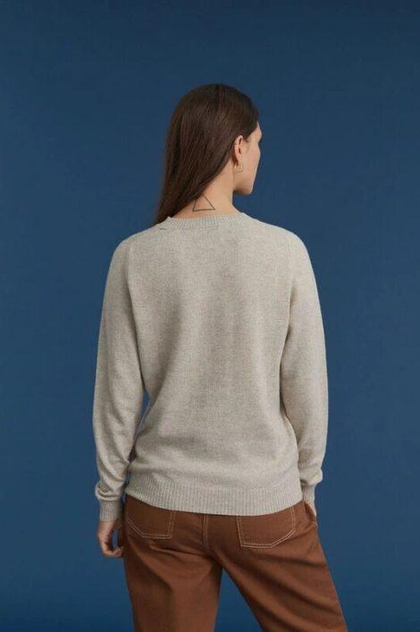 Mannequin portant un pull 100% cachemire pour femme en beige