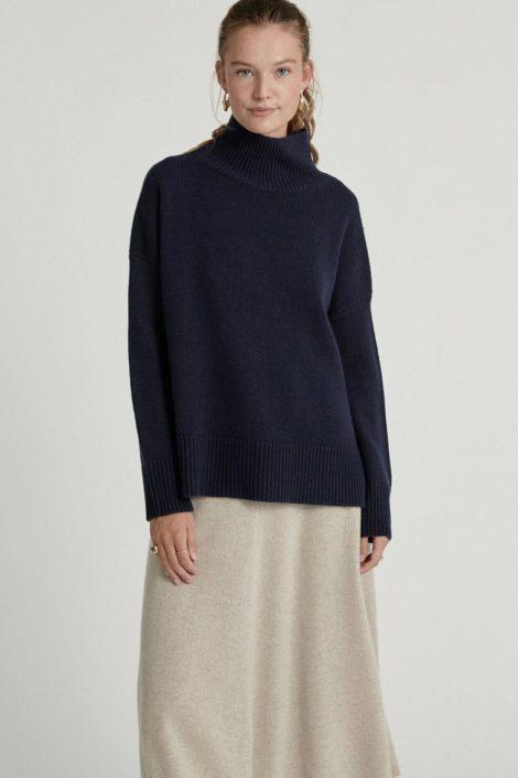model photo femme portant un pull bleu marine cachemire