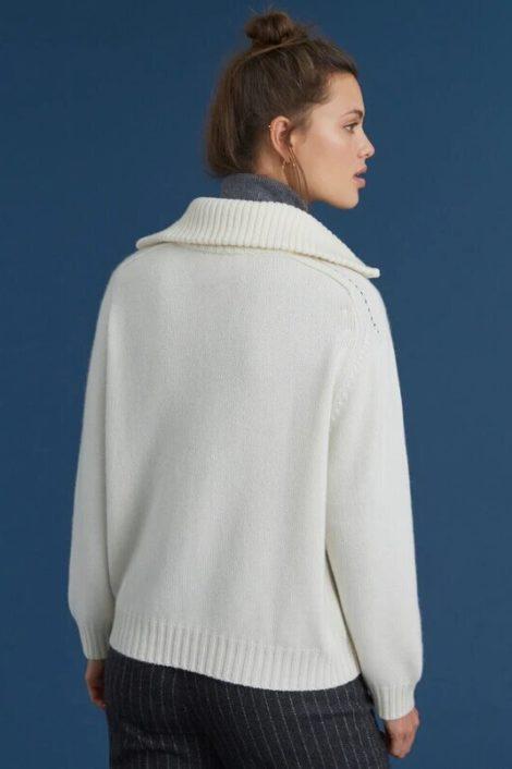 modèle portant un pull blanc cachemire pour femme