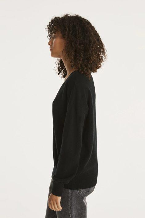 mannequin portant un pull noir en cachemire