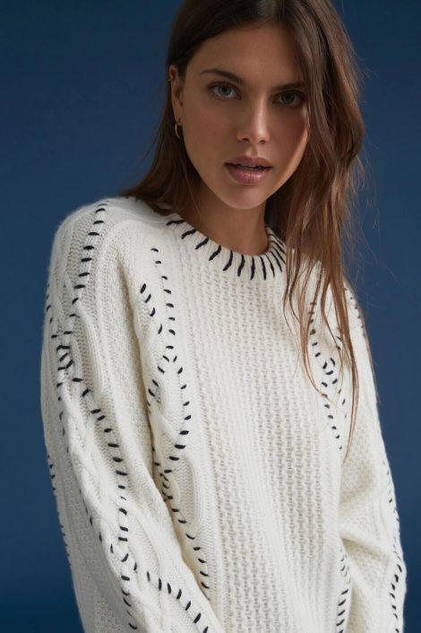 modèle portant un pull en cachemire blanch