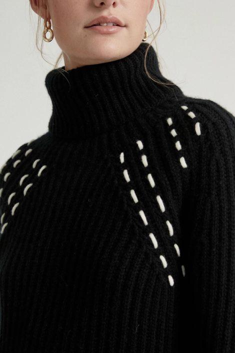 model photo portant un pull kujten en noir 100% cachemire