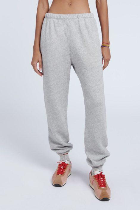 modèle portant un jogging gris de la marque