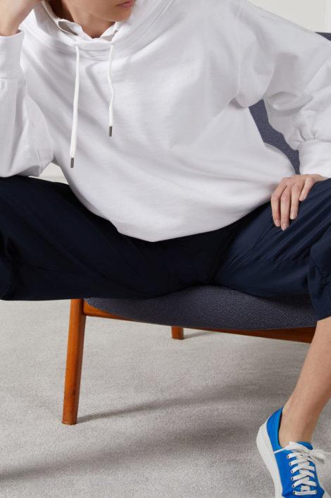 mannequin portant un sweat blanc pour femme