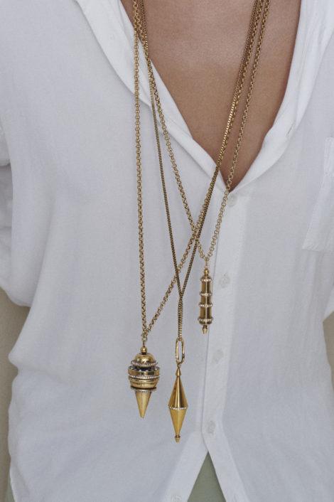 femme portant un collier pendule or