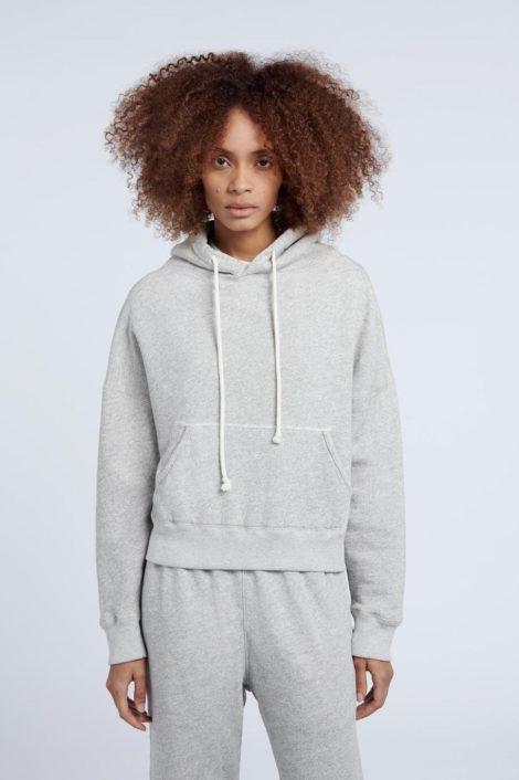 modèle portant un sweat gris femme