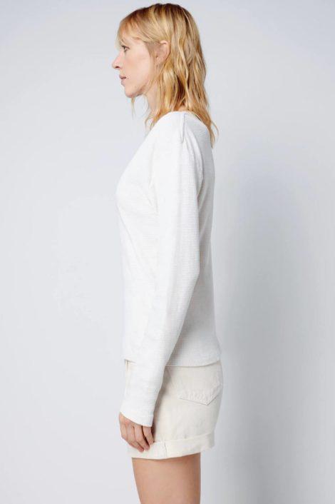 mannequin portant un top blanc à manches longues