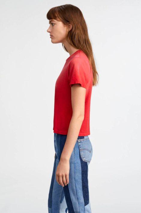 mannequin portant un tee shirt rouge pour femme