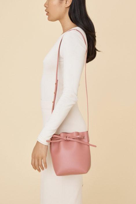 mannequin femme portant le sac mini mini bucket rose de mansur gavriel
