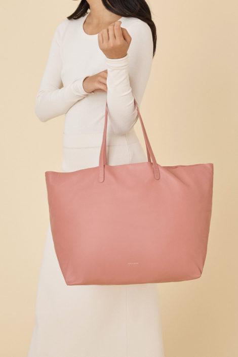 mannequin portant le sac rose oversized tote de mansur gavriel