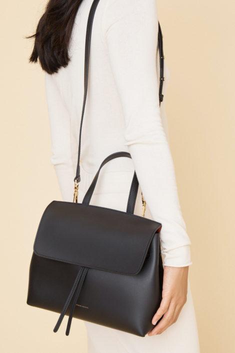 Mannequin portant le sac en cuir noir tanné végétal de Mansur Gavriel