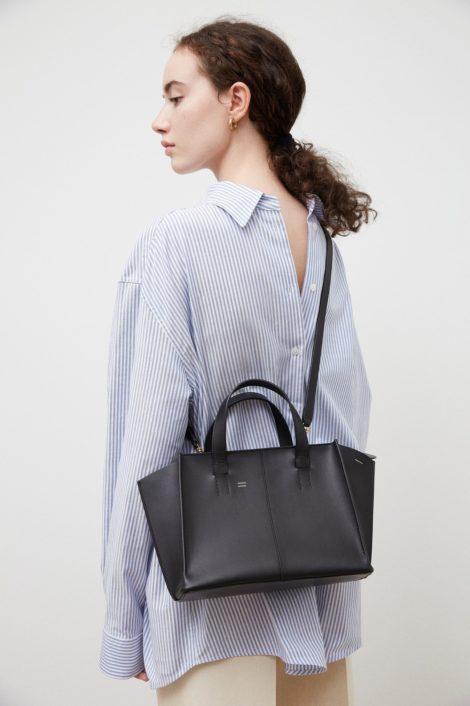 mannequin portant le sac zip noir de Mansur Gavriel