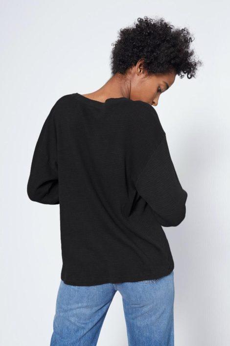 mannequin portant le top noir manches longues