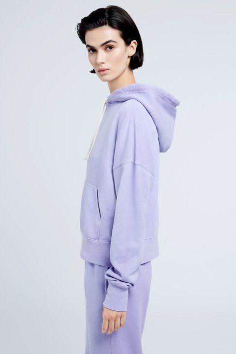 mannequin portant un sweat pour femme de couleur violet