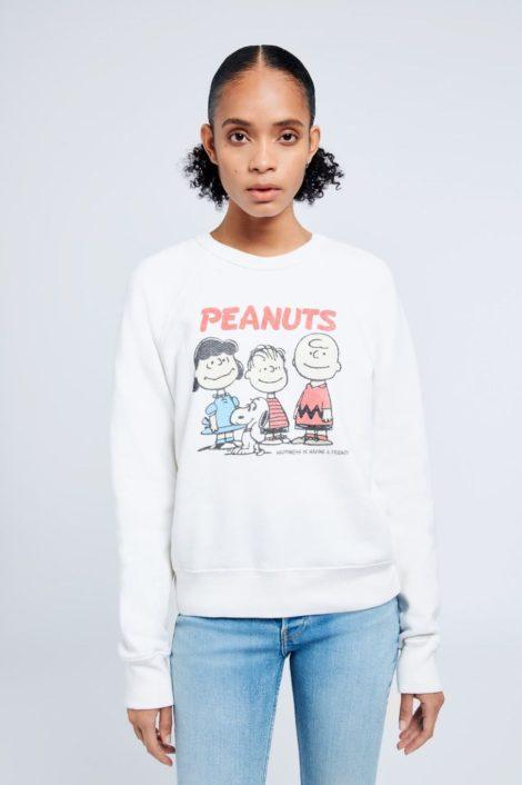 mannequin portant un pull imprimé peanuts