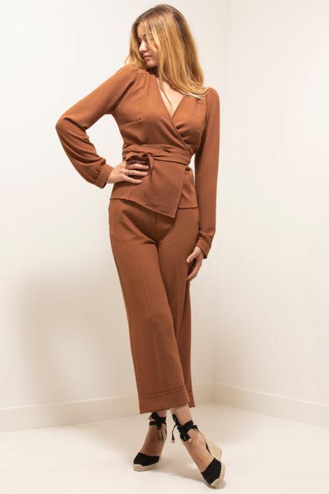 mannequin posant pour un ensemble terraotta pour femme