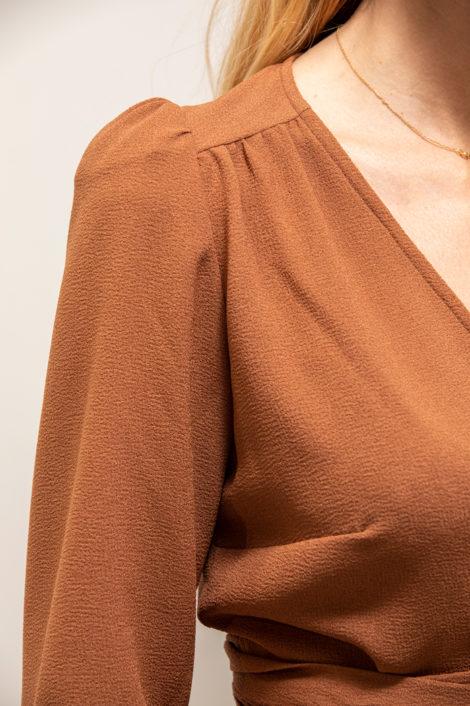 mannequin portant un cache coeur terracotta pour femme