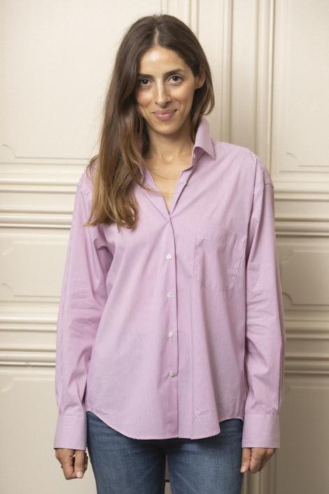 model femme portant une chemise en coton rayée blanc et rouge