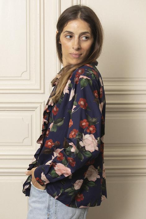 model femme portant une chemise pour femme en coton imprimée fleur