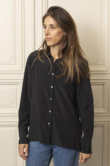 model portant une chemise en soie noir