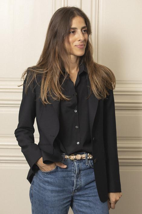 model portant un blazer bleu marine pour femme