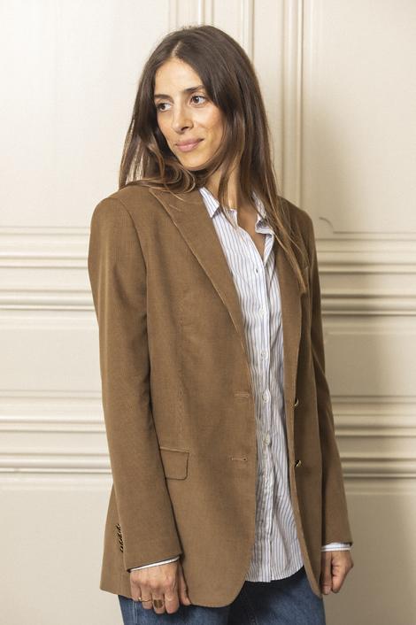 model portant un blazer milleraie pour femme