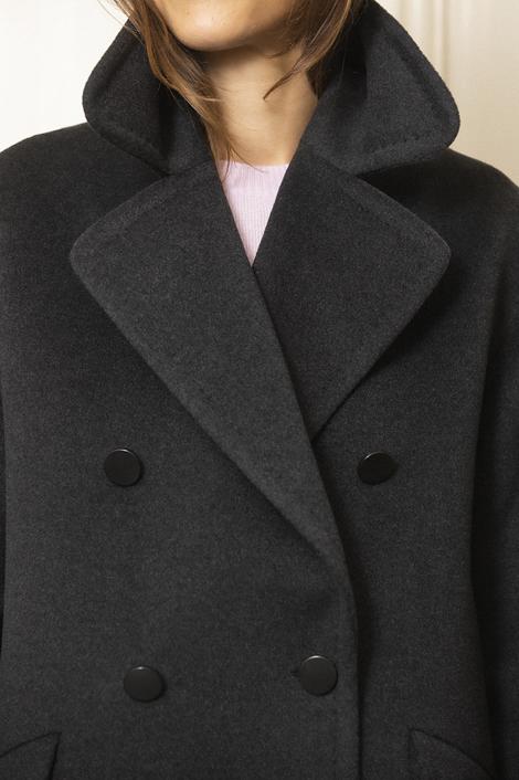 model portant un manteau pour femme en cachemire gris foncé