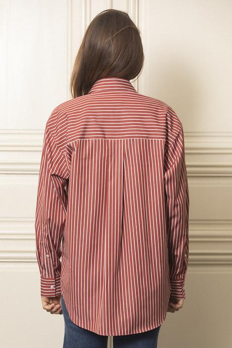model portant une chemise rayures blanche et rouge