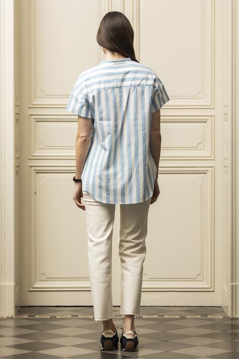 mannequin portant une blouse bleu et blanche pour femme