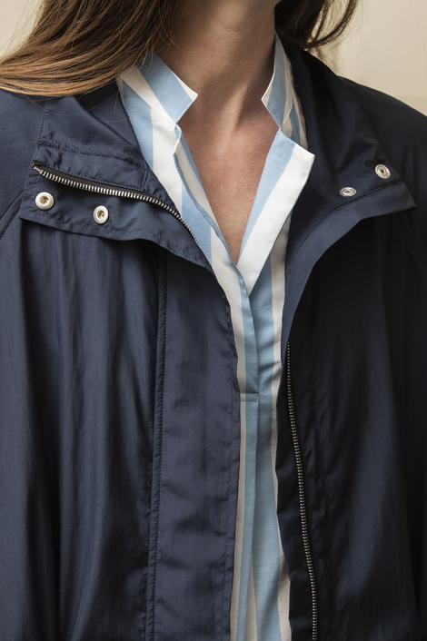 mannequin portant une parka technique bleue marine pur femme