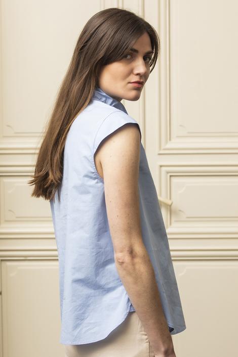 mannequin portant une blouse bleue claire pour femme