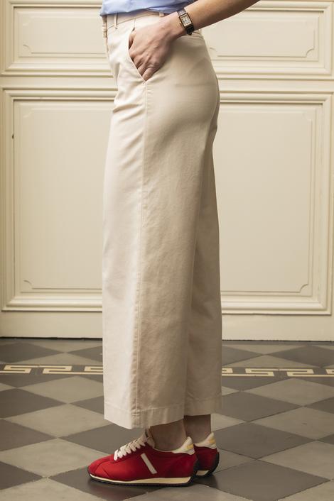 mannequin portant un pantalon beige clair pour femme