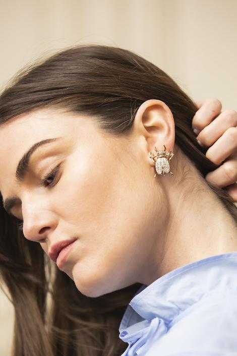 mannequin portant des boucles d'oreille femmes en forme de scarabée