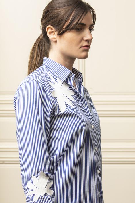 modèle portant une chemise à rayures 100% coton