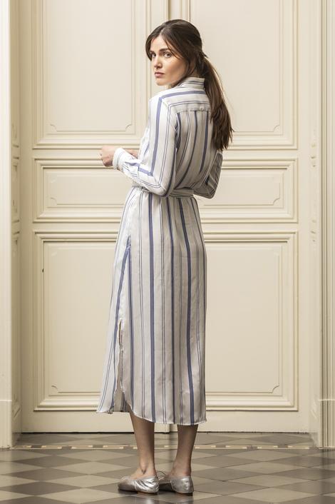 mannequin portant une robe légère en soie