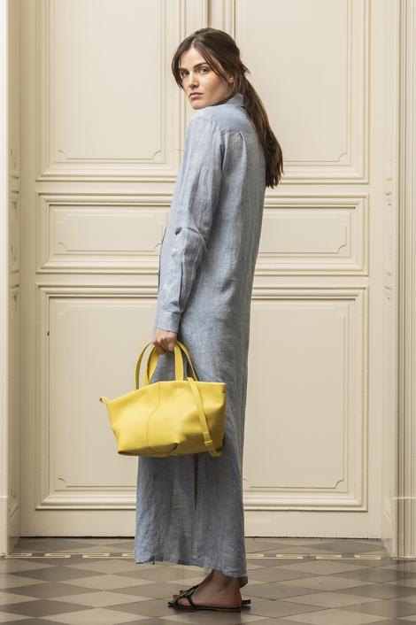 mannequin portant une robe bleu ciel en lin pour femme