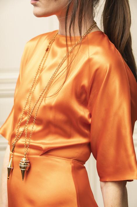 mannequin portant une longue robe en soie pour femme