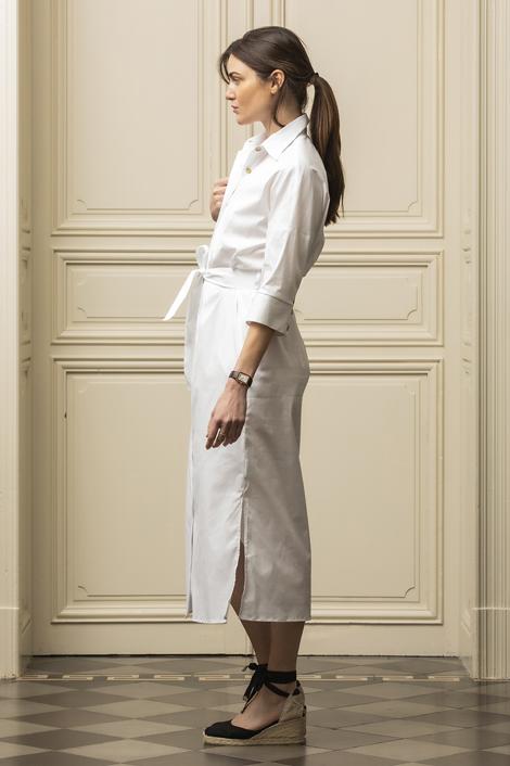 mannequin portant une robe longue blanche pour femme
