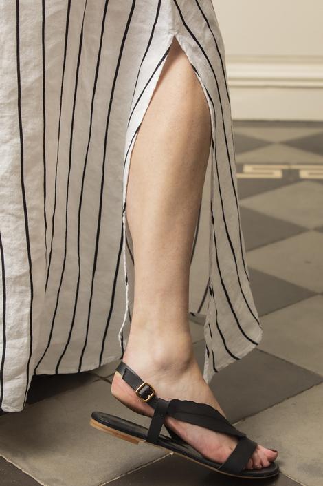 mannequin portant une robe longue rayée pour femme