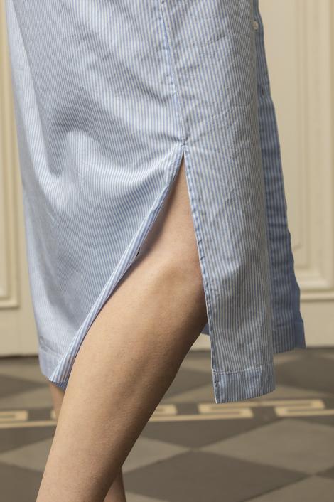 mannequin portant une robe rayée pour femme
