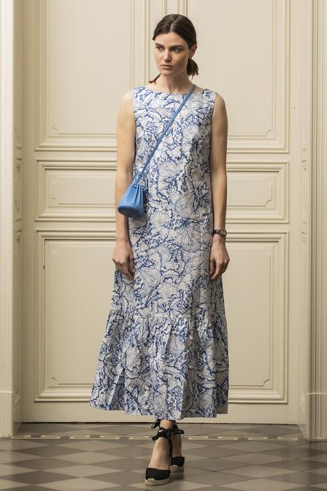 mannequin portant une robe midi imprimée