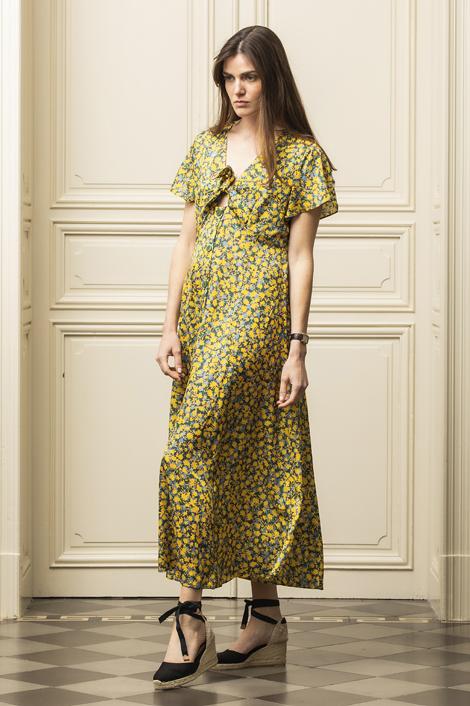 mannequin portant une robe longue en soie imprimée de fleurs