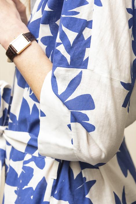 mannequin portant une robe longue imprimée de motif fleurs bleue