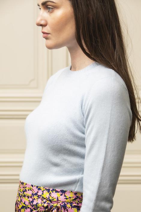 mannequin portant un pull bleu clair pour femme