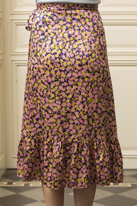 mannequin portant une jupe imprimée pour femme