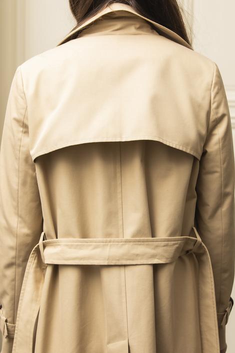 mannequin portant un trench pour femme