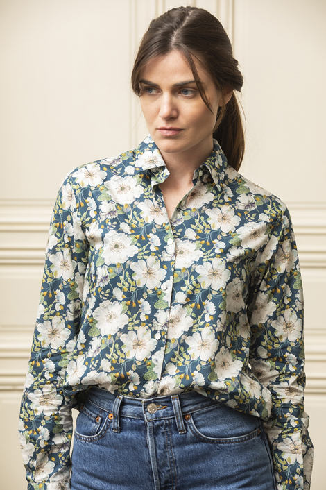 mannequin portant une chemise pour femme imprimée de fleurs