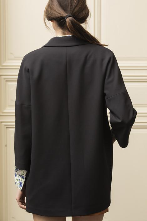mannequin portant un blazer noir pour femme